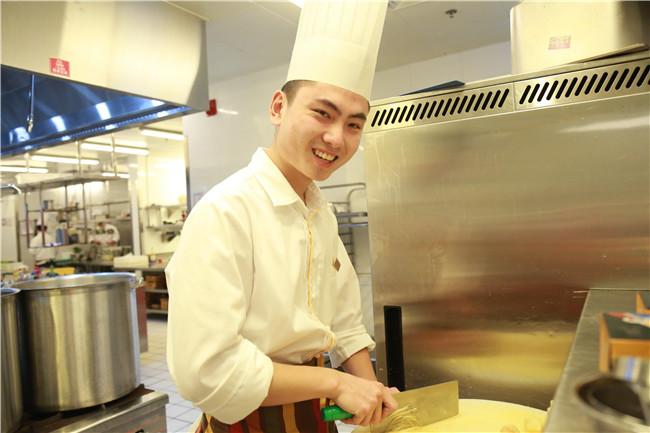 学厨师去学校还是酒店当学徒好?