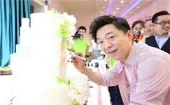 影帝黄渤驾到新东方,提笔蛋糕为新东方庆生